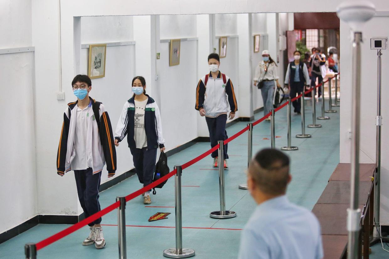 СМИ показали на примере школ в Китае, как будет выглядеть учёба после карантина. И это похлеще условий ЕГЭ