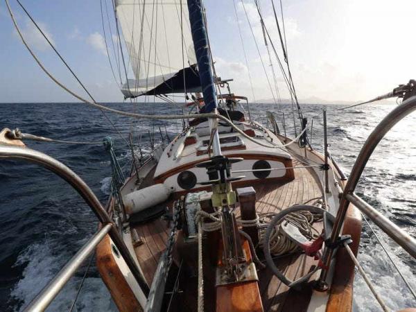 Пара на три года ушла в плавание на лодке и застряла в море. Путешествие шло хорошо, а потом настал 2020-ый